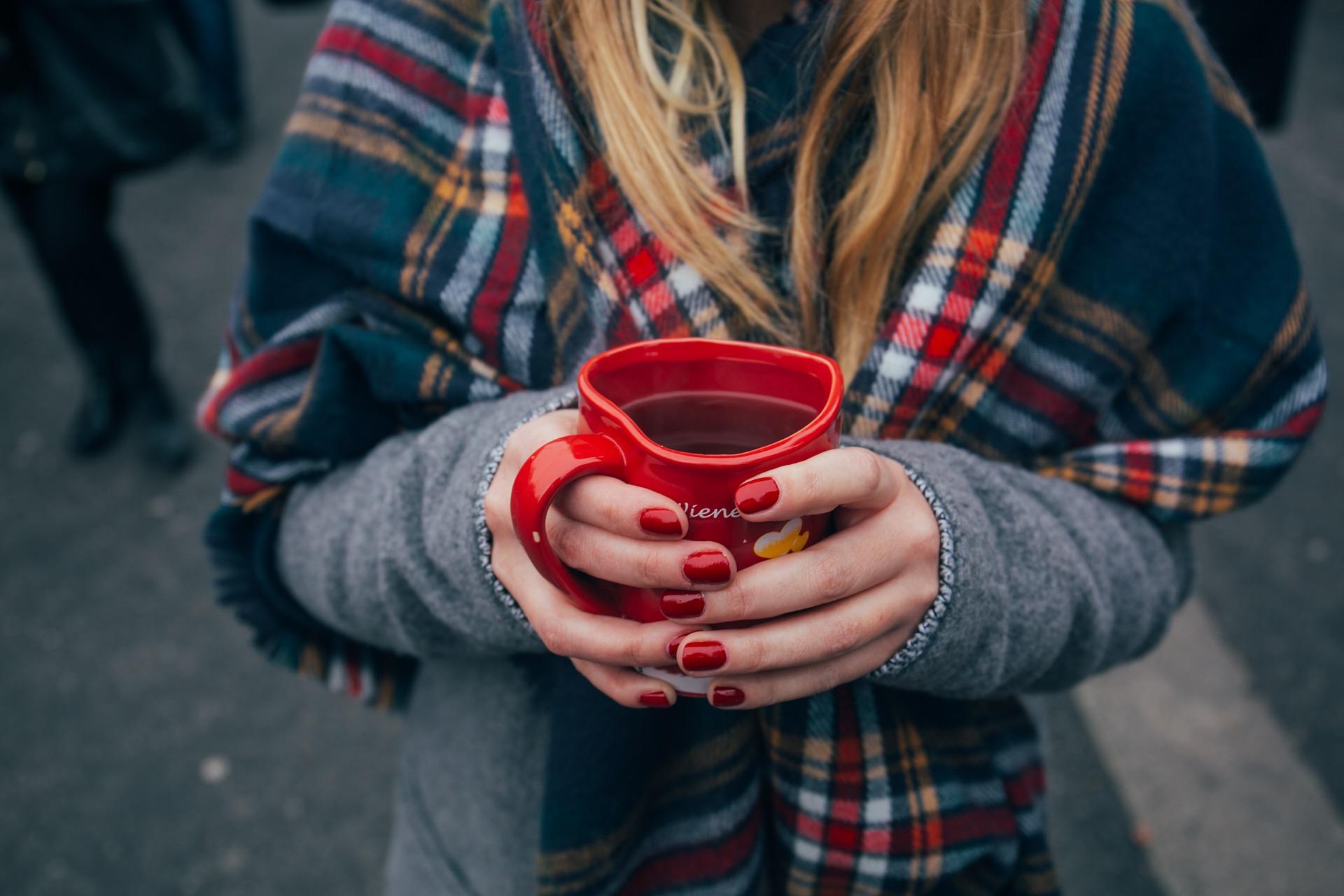 Coppa, caffè, donna, sciarpa, mani, chiodi, bevande, Rosso - Sfondi HD - Professor-falken.com