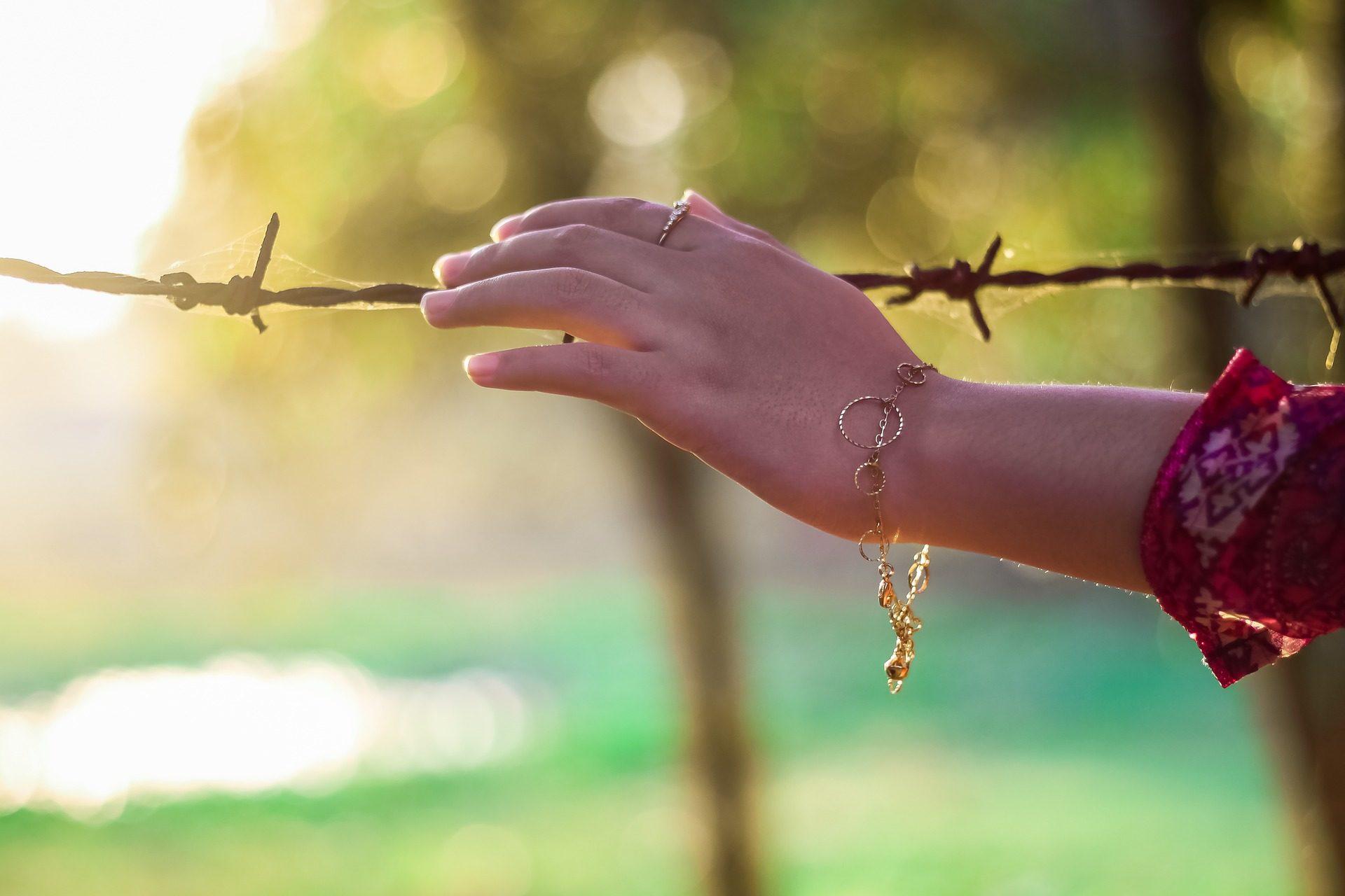 χέρι, γυναίκα, Βραχιόλι, φράχτη, πεδίο - Wallpapers HD - Professor-falken.com